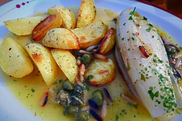 Gebackener Chicoree mit Kartoffelspalten und Pinien-Kapern-Limettensoße