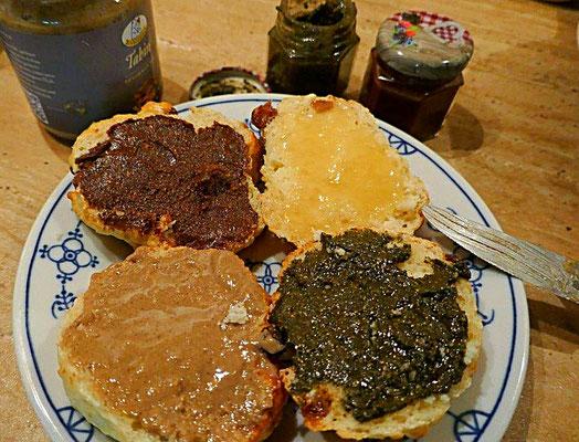 Quarkbrötchen mit verschiedenen süßen Aufstrichen