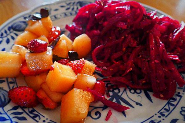 Rote Beete-Salat und Honigmelone-Erdbeersalat