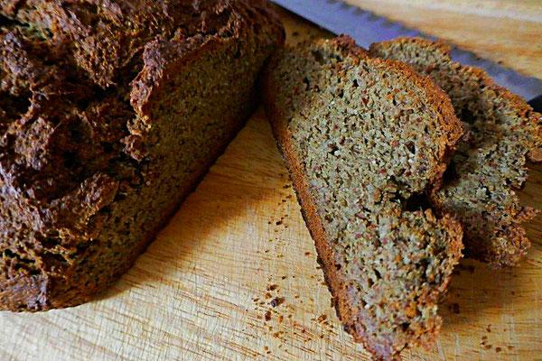 Chiasamen-Kürbiskern-Mandel-Brot