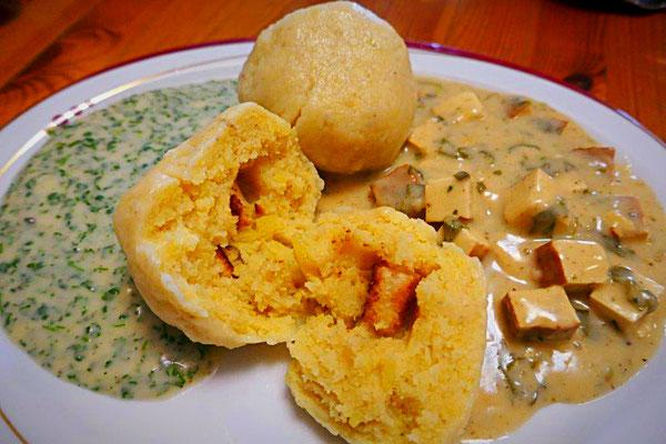 Kartoffelklöße mit Kerbelsoße und Sauerampfer-Räuchertofu-Soße