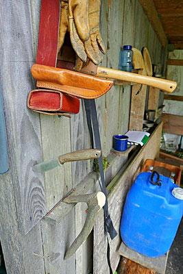 Outdoorutensilien - Grabhaken, Axt, Outdoormesser, Utensiliengürtel
