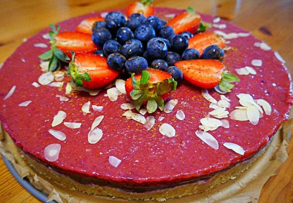 No bac Torte mit Erdbeeren-Vanillecreme und Heidelbeer-Zimt-Creme