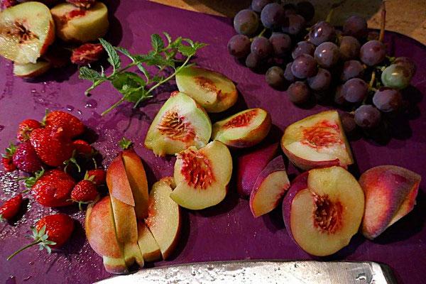Pfirsiche und Weintrauben aus dem Garten und Erdbeeren von Hängeerdbeeren aus dem Balkonkasten