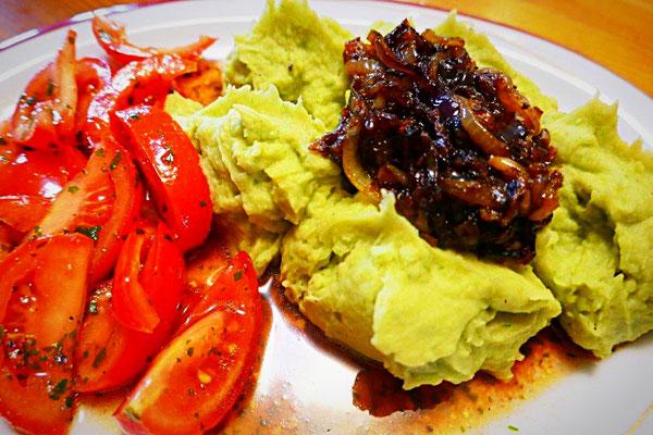 Grüner Kartoffelbrei mit roten Röstzwiebeln und Tomatensalat