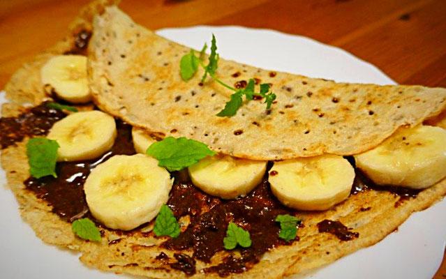 russische Blini mit Nuss-Schoko-Aufstrich (selbstgemachtes Nutella), Banane und Minzeblättchen