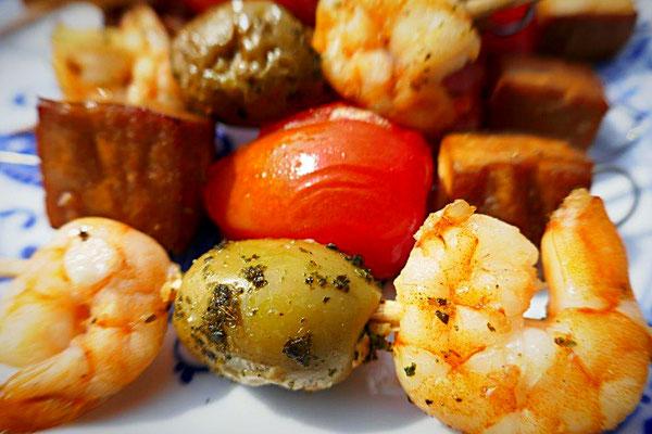 Garnelen-Knoblaucholiven-Spieße, Räuchertofu-Tomaten-Spieße