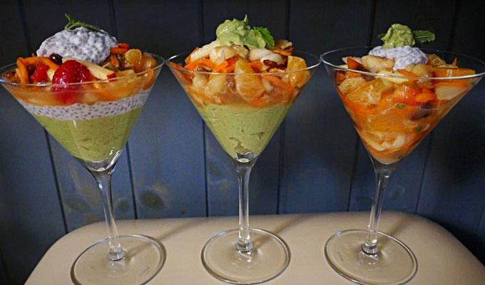 Schichtdessert mit Chiasamen-Kokosmilch, Avocadopudding, Früchten