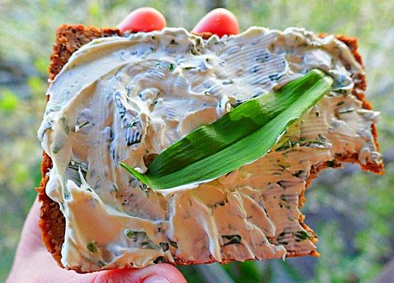 Bärlauchfrischkäse auf Buchweizenbrot