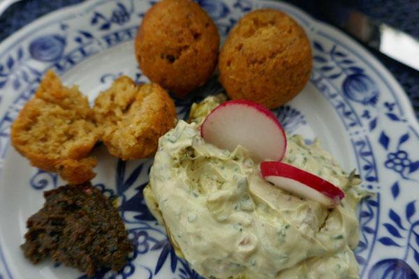 Falafelbällchen mit Kräuterquark und Kürbiskernöl und Harissa