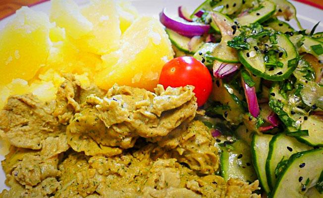 Schafgarbenrührei, Gurkensalat mit Sauerampfer und Salzkartoffeln