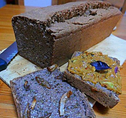 selbstgebackenes glutenfreies Brot mit Avocadocreme und veganem Kräuterschmalz