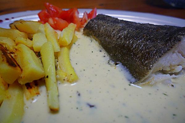 Gedünsteter Fisch mit Pastinakenchips und heller Mandelsoße