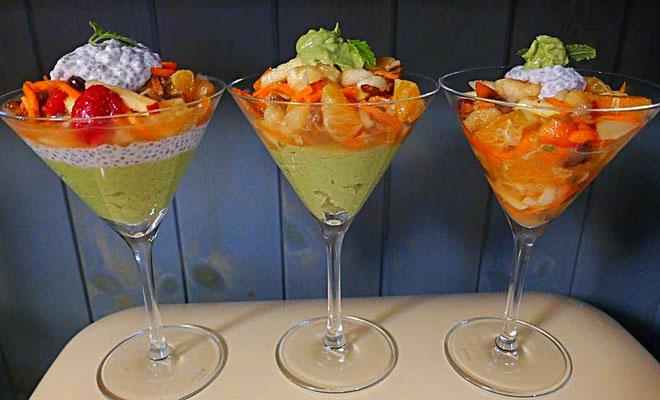 Dessertmischungen mit Obstsalat, Avocadodessert und Kokosmilch-Chiasamen-Tonkabohnen-Creme