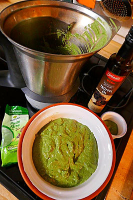 Pesto aus Spinat im Thermomix gemacht
