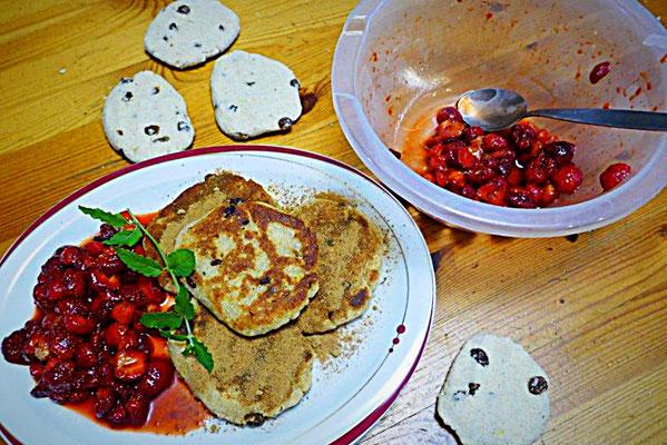 Vegane Kartoffelkeulchen mit frischen Erdbeeren und Erdbeerminze