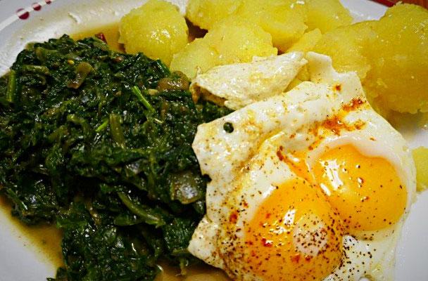 Spinat mit Wildkräutern, Salzkartoffeln und Ei