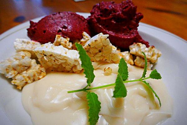 Brombeereis mit Mandel-Vanille-Soße und getoaster Reiswaffel