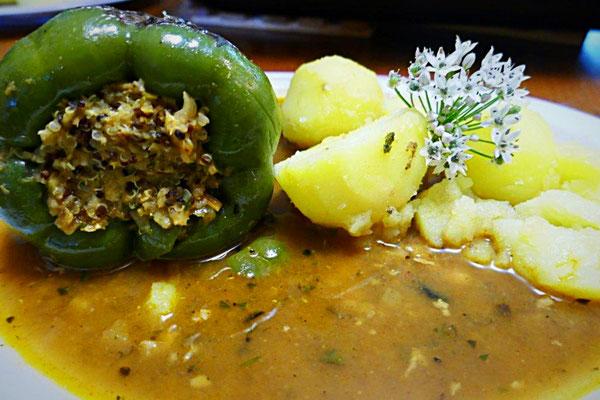 vegan gefüllte Paprikaschote mit Quinoa und roten Linsen