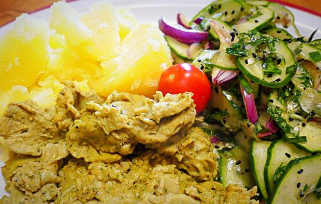 Schafgarbenrührei, Salzkartoffeln und Gurkensalat mit Sauerampfer