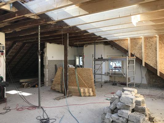 Nach dem Abriss wird die große Gaube an dem Dach befestigt.
