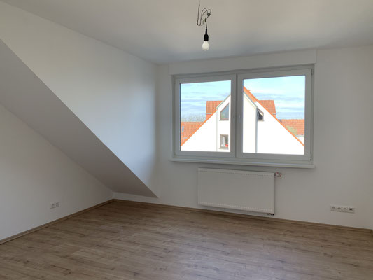 Auch hier erfolgt dann der Feinschliff. Die Fensterelemente füllen den Raum mit viel Licht.