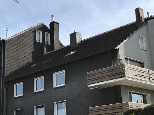Der Wohnraum vor dem Umbau war begrenzt. Meist machten die vielen Dachschrägen das Aufstellen von Möbelstücken unmöglich.