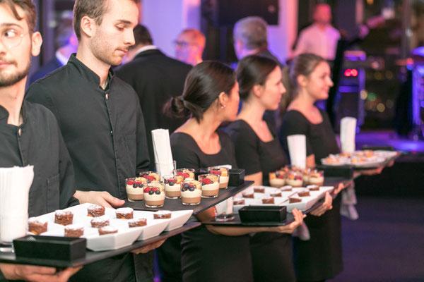 welcome-net Stuttgart, Full-Service-Agentur, Kellner mit Tabletts, Gala-Dinner