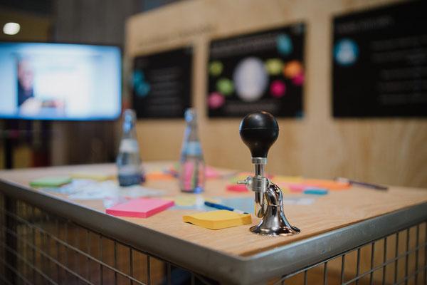 welcome-net Stuttgart, Full-Service-Agentur, Workshop-Material auf Tisch, Carl Benz Arena