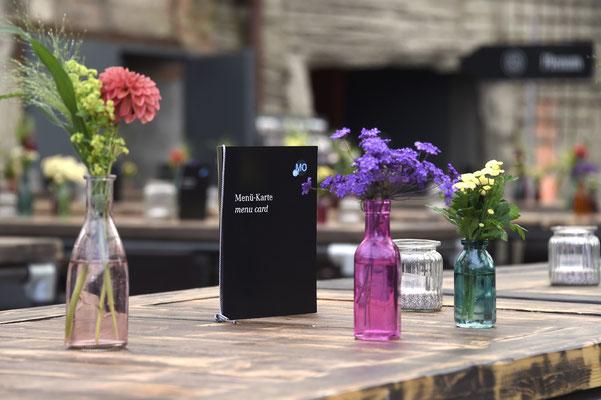 welcome-net, Eventagentur Stuttgart. Kraftwerk Rottweil, Event in Industrieruine, kreative Tischdekoration mit bunten Vasen, Menükarten