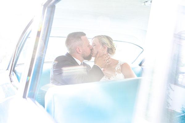 Hochzeitspaar im Brautauto