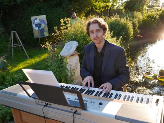 Maximilian J. Zemke spielt aus dem von ihm komponierten Soundtrack zur Nicolae-Saga von Aurelia L. Porter