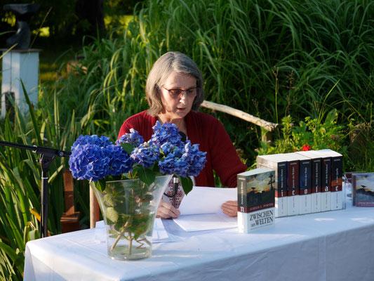Aurelia L. Porter liest aus ihrer 7-bändigen Nicolae-Saga in der Galerie Cavissamba im Juli 2020