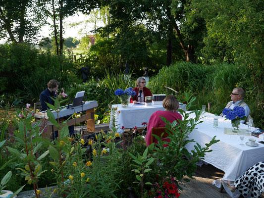 Stimmungsvolle Lesung im verwunschenen Garten der Galerie Cavissamba Leni Rieke in Haselau - mit Aurelia L. Porter und Maximilian J. Zemke