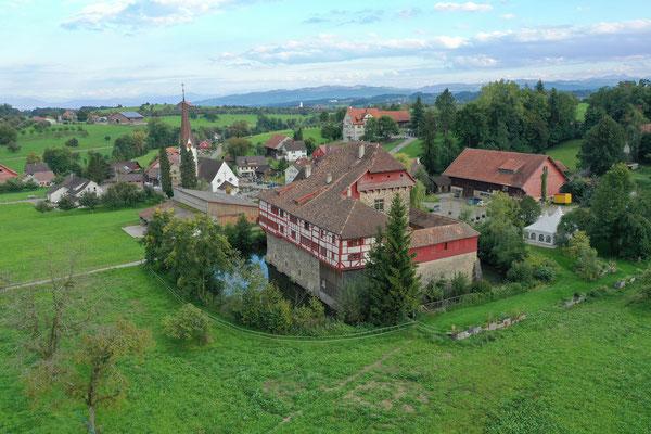 Schloss Hagenwil aus der Luft mit Hagenwil und der Kirche
