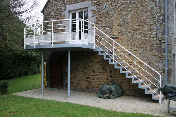 CMC Métallerie Avranches(50)-Escalier avec palier acier galvanisé et garde-corps acier galvanisé thermolaqué