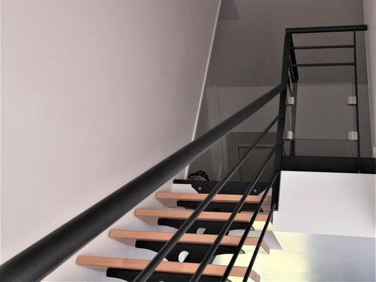 CMC Métallerie Avranches(50)-Escalier métallique thermolaqué - Marches bois