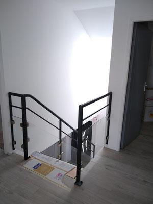 CMC Métallerie Avranches(50)-Escalier métallique thermolaqué - Marches Bois et Garde-corps verre