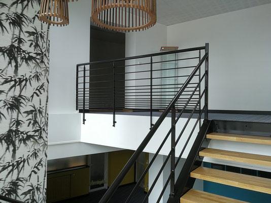 CMC Métallerie Avranches(50)-Escalier métallique thermolaqué avec marches bois
