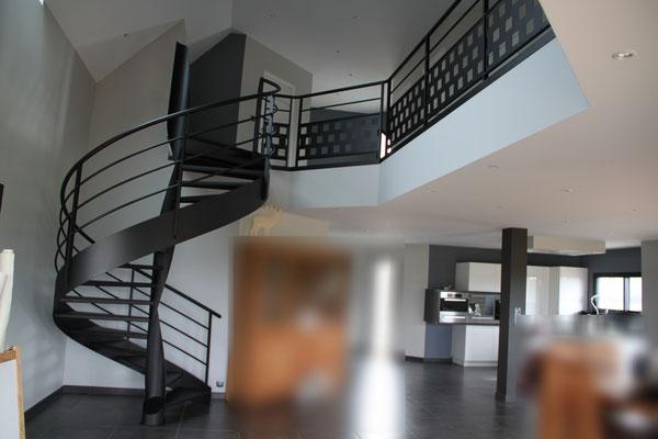 CMC Métallerie Avranches(50)-Escalier métallique hélicoïdal thermolaqué