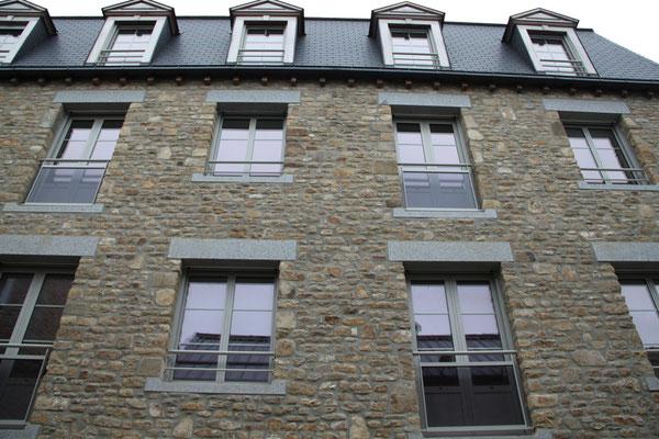 CMC Métallerie Avranches(50)-Garde-corps fenêtres acier galvanisé thermolaqué et sous bassement verre