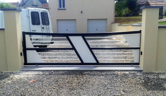 CMC Métallerie Avranches(50)-Portail contemporain acier galvanisé  thermolaqué bicolore