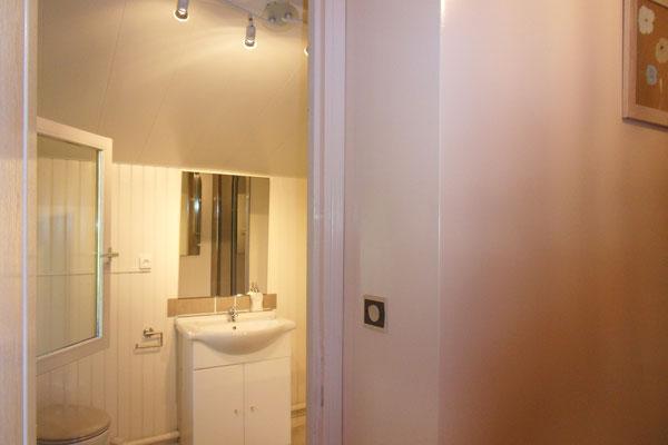 la salle de bain du chalet de la maison de l'étang près de verdun