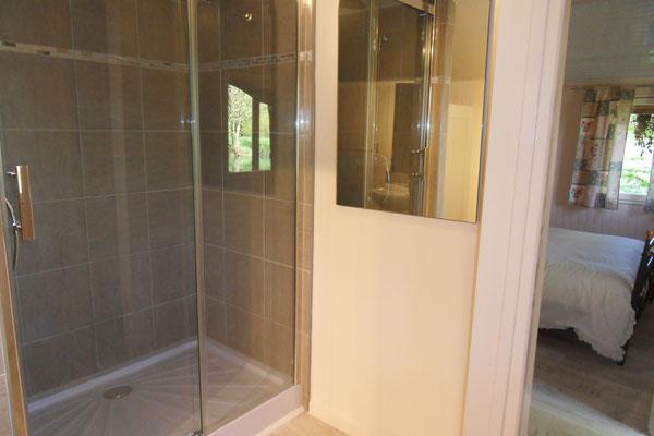 la salle de bain de la chambre d'hôtes insolite en meuse