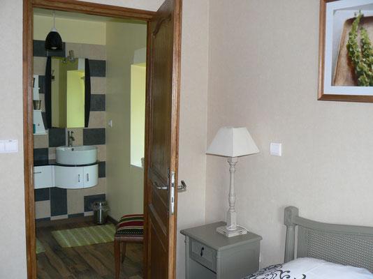 Salle de bain avec vue sur l'étang de la propriété de la chambre d'hôtes