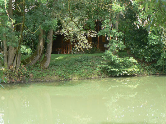 vue sur l'étang privé de la maison d'hôtes en meuse