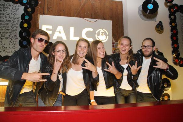 Mixten Bar-Getränke an der Hauptbar, die dem österreichischen Pop-Idol Falco gewidmet war: Andreas Wabro, Luisa Stiegler, Stefanie und Marie-Christin Stockinger, Timna Edtbrustner und Thomas Mitschitz