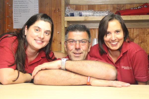 Verpflegten die Gäste an der Outdoor-Bar: /v.l.n.r.) Angelika Bracher, Karl Schwarzl und Eva Schellenbacher