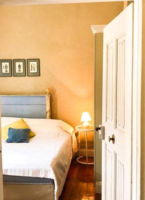 Blick in das blaue Schlafzimmer durch die Tür