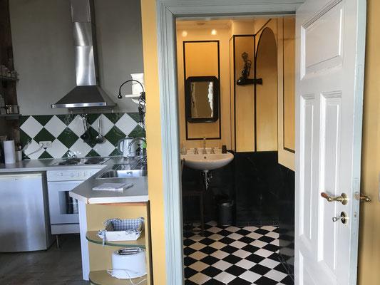Blick auf das Badezimmer und ein Teil der Küche
